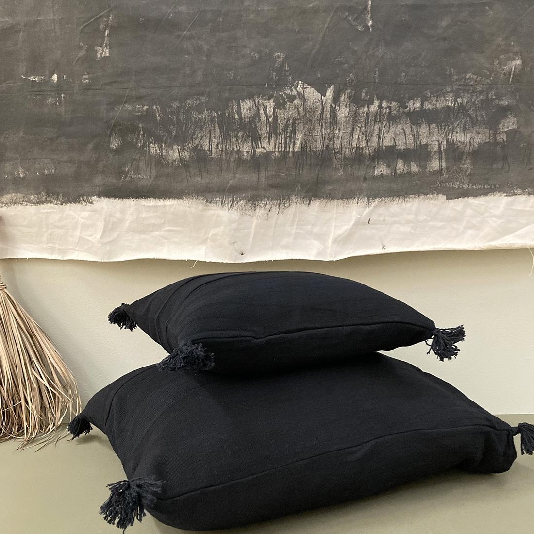 Coussin pompon noir